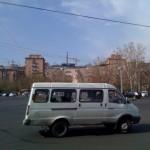Marshutka, eine Art Kleinbus. Recht praktisch, wenn man die Nummern kennt, die einen ans Ziel führen würden.