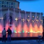 Der farbig beleuchtete Brunnen, dessen Fontänen im Rhythmus der Musik an und abschwellen. Im Hintergrund Brahms ungarischer Tanz...