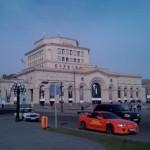 Schicke Autos vor der Nationalgalerie