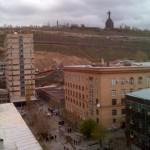 """Blick von unserer Raucherecke auf die Universität (Medizin Fakultät & Politechnikum). Im Hintergrund eine Statue von """"Mother Armenia"""" mit dem Schwert in der Hand."""