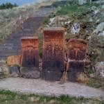Kreuzsteine auf dem Weg nach oben zu Sevanavank