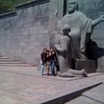 die drei (Armine, Armina und Anna) vor der Maschtoz Statue