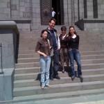 Armine, Armina, Anna und ich vor dem Eingang der Matenadaran