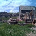 Links neben den Haus ist der Platz wo tote Tiere nach der Opferung abgelegt werden können.