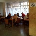 die Schachspieler drinnen - eher älteres Publikum