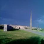 der Obelisk in Tsitsernakaberd mit dem leichten Schimmer eines Regenbogens darüber